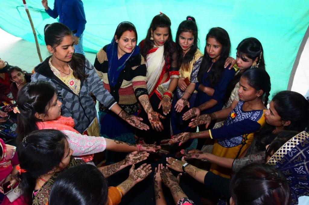 युवतियों ने बनाई आकर्षक मेहंदी  – सहभागिता उत्सव मे लिया भाग