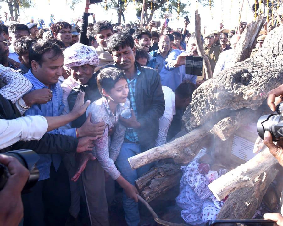 शहीद नारायण को नम आंखों से अंतिम विदाई देने उमड़ा जन सैलाब ~ राजकीय सम्मान से हुआ अंतिम संस्कार, पुत्र मुकेश ने दी मुखाग्नि