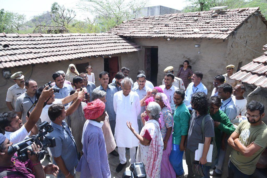 मुख्यमंत्री अशोक गहलोत ने देव डूंगरी में स्वयंसेवी संस्थाओं व ग्रामीणों से किया संवाद