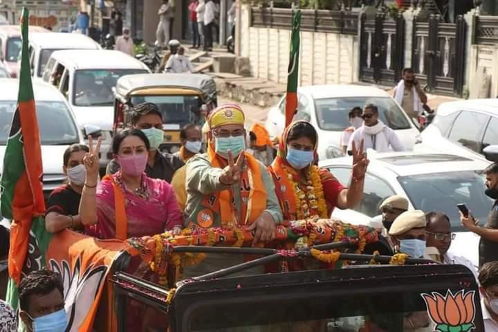 भाजपा प्रत्याशी की जन आशीर्वाद रैली का शहर में पुष्पवर्षा के साथ हुआ जोरदार स्वागत