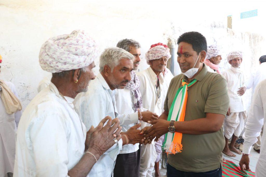 राजसमंद विधानसभा उपचुनाव में कांग्रेस प्रत्याशी तनसुख बोहरा ने 15 गावों में की जनसभाएं- भाजपा के कई कार्यकर्ता हुए कांग्रेस में शामिल