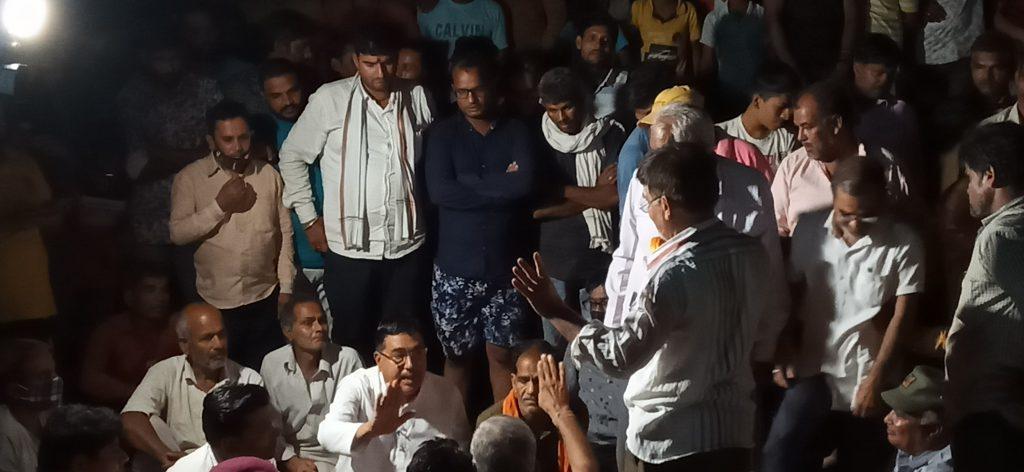 ग्रामीणों की रात्रि चौपाल में हुआ चिकित्सालय भवन मुख्यालय पर निर्माण कराने का निर्णय – महाविद्यालय को लेकर जनप्रतिनिधियों ने साधा मौन